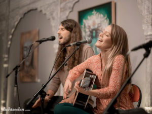 Janin Devi und Andre Maris singen im Satya Yoga Zentrum in Besse