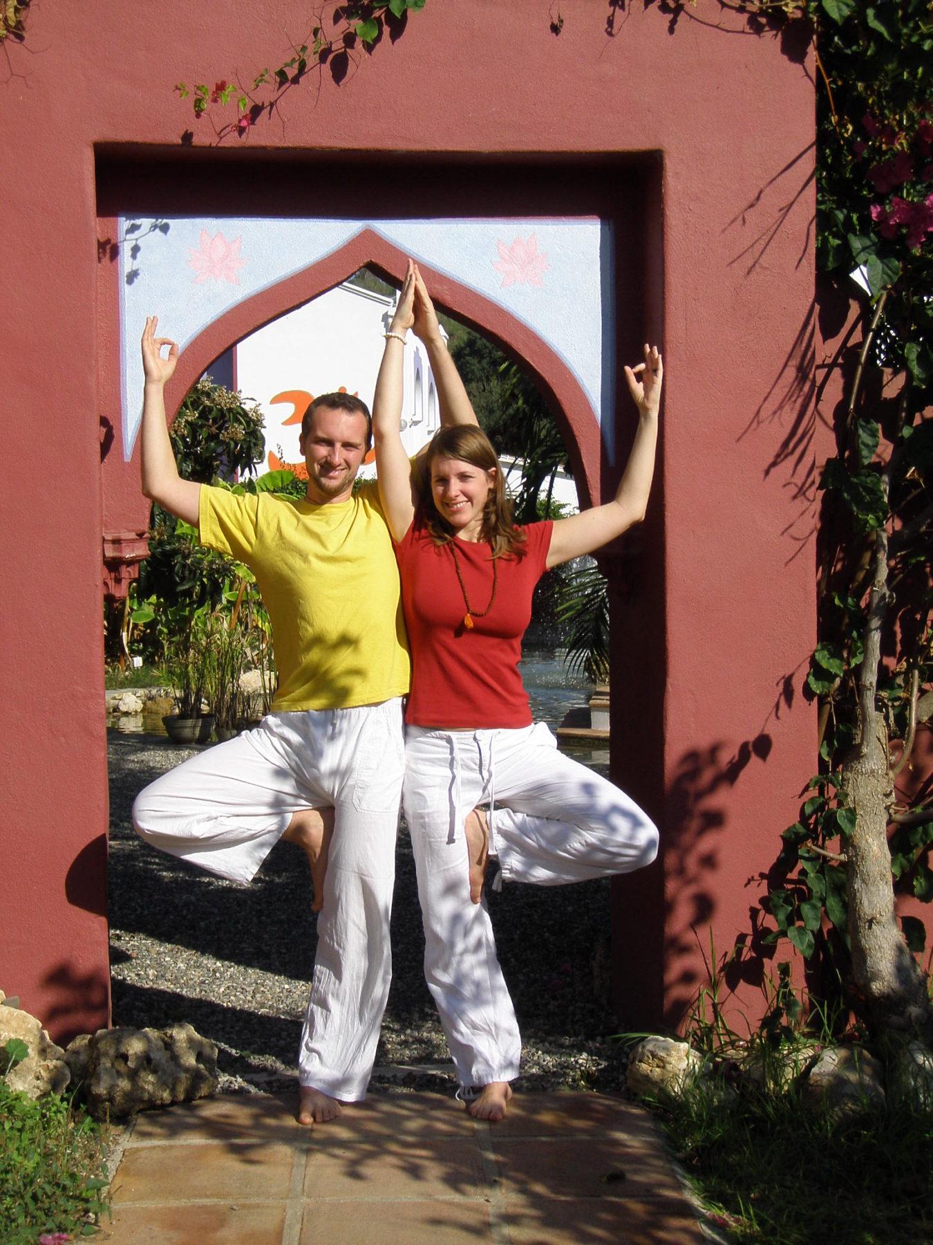 Tina und Sebastian Pfaar Baum in Spanien im Yogaurlaub mit Satya Yoga in Besse