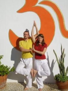 Tina und Sebastian Pfaar Partner Baum in Spanien im Yogaurlaub mit Satya Yoga in Besse
