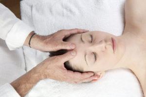 Massage Kopf im Satya Yoga Zentrum in Besse
