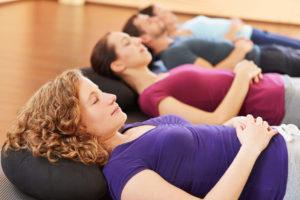 Enstspannung in der Gruppe im Satya Yoga Zentrum in Besse