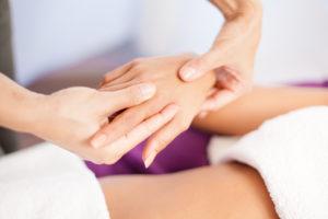 Massage Hand im Satya Yoga Zentrum in Besse