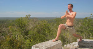 Sebastian Pfaar Krieger 1 auf Felsen Yoga Lehrer bei Saya Yoga in Besse