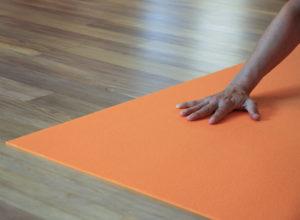Hand auf Yogamatte im Satya Yoga Zentrum in Besse