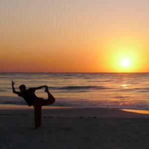 Sebastian Pfaar Tänzer an Strand Yogalehrer bei Satya Yoga in Besse