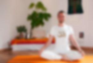Sebastian Pfaar verschwommen Yogalehrer bei Satya Yoga in Besse