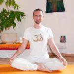 Sebastian Pfaar vorm Altar Yogalehrer bei Satya Yoga in Besse