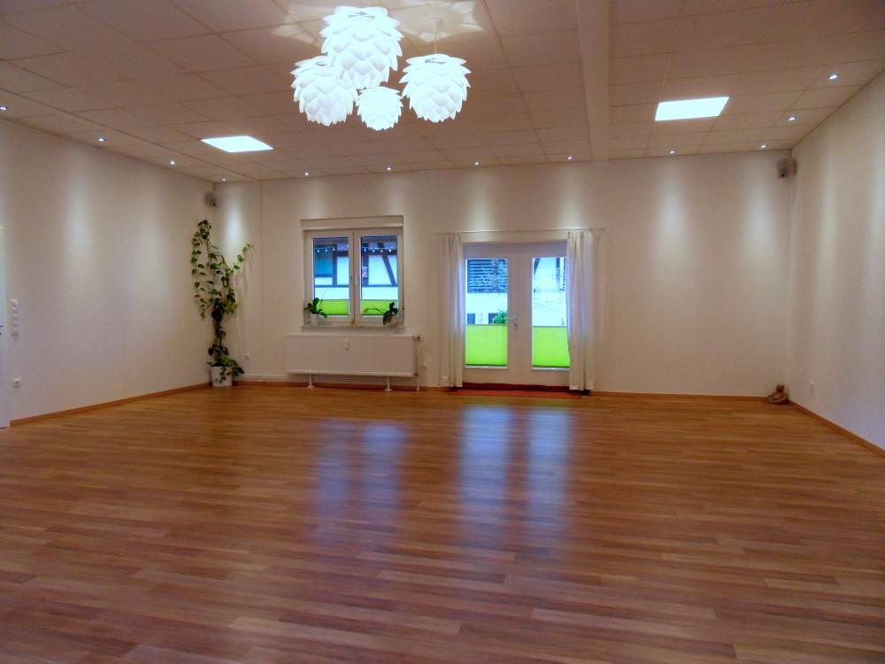 Yogaraum leer mit Blick zur Terrasse im Satya Yoga Zentrum in Besse
