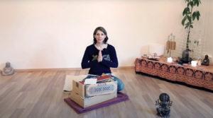 Tina Pfaar Namaste mit Harmonium Yogalehrerin bei Satya Yoga in Besse