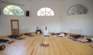 Sebastian Pfaar im Gruppenraum beim Yogaurlaub Yogalehrer bei Satya Yoga in Besse